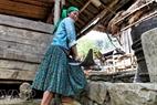 Một cô gái Mông với chiếc lưỡi cày truyền thống của dòng họ.