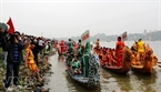 Các đội trải tề tựu đông đủ dưới bến chùa Tam Giang chờ đến giờ khai cuộc. (Ảnh: Trịnh Văn Bộ)