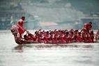 Chiếc trải của đội thành phố Tuyên Quang đè sóng dũng mãnh lướt đi. (Ảnh: Hoàng Quang Hà)