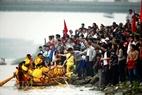 Chiếc trải của xã Phượng Lâu, Tp. Việt Trì đã nhanh chóng cập bến đầu tiên và giành chiến thắng. (Ảnh: Hoàng Quang Hà)