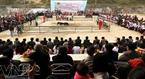 多くの人々は第1回目のヤギの戦いの大会を見に来た。