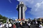 Delegados visitan el monumento a martires en la isla del Gran Truong Sa.
