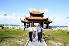 Les délégations visitant la pagode de Song Tu Tây.