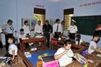 Une délégation visitant une école primaire sur la Grande Île de Truong Sa.