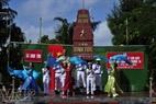 El grupo artístico militar Hai Dang actúa para las fuerzas armadas y el pueblo de la isla de Sinh Ton.