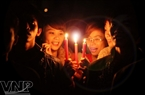 Young people light candles when the city turns off the lights. Photo: Cong Dat