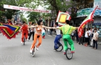 Vietnamese circus artists perform on a street. Photo: Viet Cuong