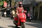Một cô gái với thời trang chống nắng đặc biệt đi trên đường La Thành vào lúc 12 giờ trưa.
