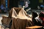 Những chiếc xe máy dựng ngoài vỉa hè cũng được chống nóng bằng đủ thứ vật dụng sẵn có như bao bì, thùng carton, chăn mền...