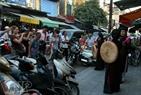 На древних улицах Ханоя регулярно организуются выступления с песнями куанхо