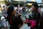 男女歌手们在街上陶醉入神地演出。