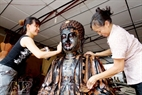 A stage using paint mixed with alluvial soil and then using water and sandpaper to polish the statue.