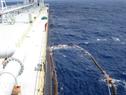 石油貯蔵船MV12で石油インレットポンプ装置を準備している。