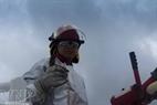 Un ouvrier du bateau MV12.