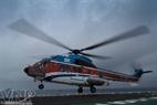 現代型ヘリコプターのスーパーピューマはMV12船のヘリパッドに着陸した。