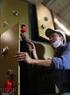 El montaje de la puerta de la caja fuerte requiere precisión del trabajador.