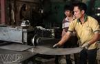 Las placas de acero son moldeadas por la máquina de prensa para crear el marco de las cajas fuertes.
