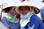 休憩瞬間におけるジャオハイ漁港での女性の喜び