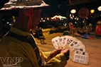 A member of Bai Choi team guides tourists the rules and way of playing Bai Choi.