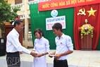 李山高中贫困学生受到陆地好心人捐赠的助学金。