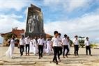 Les élèves visitant le monument commémoratif de l'Equipe de gestion de Bac Hai...