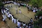 """学生们参加李山岛县小孩的民间游戏""""海上抢旗""""。"""