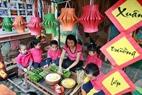 園児たちに、バイン・チュン(Banh Chung)の包み方を教える先生