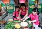 She also teaches the children to make Tet cakes – a traditional cake of ethnic groups in the Northern mountainous area.