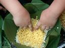 Des petites mains mettent des bols de haricots verts dans le moule à gâteaux.
