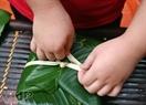 Puis le ficeler avec les liens de bambou.