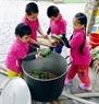 バイン・チュン(Banh Chung)を鍋に積み込む子供たち