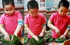 Little boys make Chung cakes by themselve.