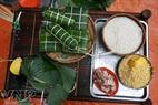 バイン・チュン(Banh Chung)と円形の粘っこい餅(バイン・テット(Banh Tet))の茹でる準備をする。