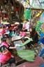 バイン・チュン(Banh Chung)を包むことを準備する子供たち
