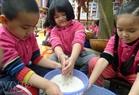 Les enfants lavent du riz.