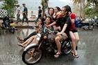 当地姑娘们参加沷水节。