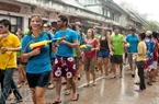 众多游客参加沷水节。