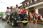 A las 10, cada grupo de motos, tuk-tuks y camiones que transportan agua se agrupan en las calles principales de Sisavangvong, Khem Khong y Kingkitsarat en Luang Prabang.