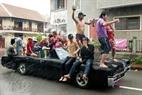 车上备有大水桶,瓢子、盆子、香粉等。车上人欢呼雀跃不断地向路人泼水。