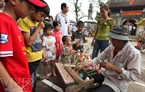 Children are interested in To he, traditional toys made from rice paste.