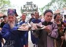 村里黄族高龄人举着巡游供奉城隍。