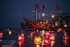 Releasing coloured lanterns to commemorate Hoang Sa Flotila sailors.
