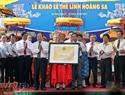 Hoang Tuan Anh, ministro de Cultura, Deportes y Turismo, entrega el certificado de reconocimiento de Reliquia Histórica Nacional y Patrimonio Nacional Intangible para la casa comunal de la aldea de An Vinh y el ritual de homenaje a milicianos de Hoang Sa en el distrito insular de Ly Son.