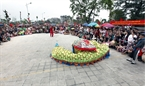 游客观看升龙京都10种传统舞蹈 之一:杀蛟龙。