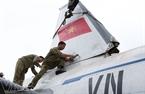 Cán bộ, kỹ sư Viện kỹ thuật quân sự quân chủng phòng không - không quân phục chế lại những chi tiết bị hư hỏng trên thân máy bay.