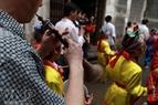 Un octeto del pueblo también participa en la ejecución de los tambores de los niños.
