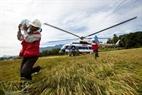 Ngoài nhiệm vụ vận chuyển người bị thương, trực thăng còn được dùng trong công tác hỗ trợ nhân đạo.