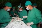 Lực lượng y tế lập trạm, phẫu thuật tại chỗ để chữa trị các nạn nhân.