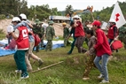 Lực lượng chữ thập đỏ tham gia cứu hộ.
