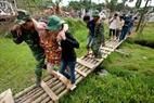 Với phương châm cứu người trước, lực lượng cứu hội nhanh chóng đưa  tìm kiếm và đưa những người dân bị thương, những người đang bị mắc kẹt ra ngoài khu vưc nguy hiểm.